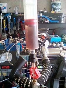 ディスクブレーキのオイル交換 使用済みオイル