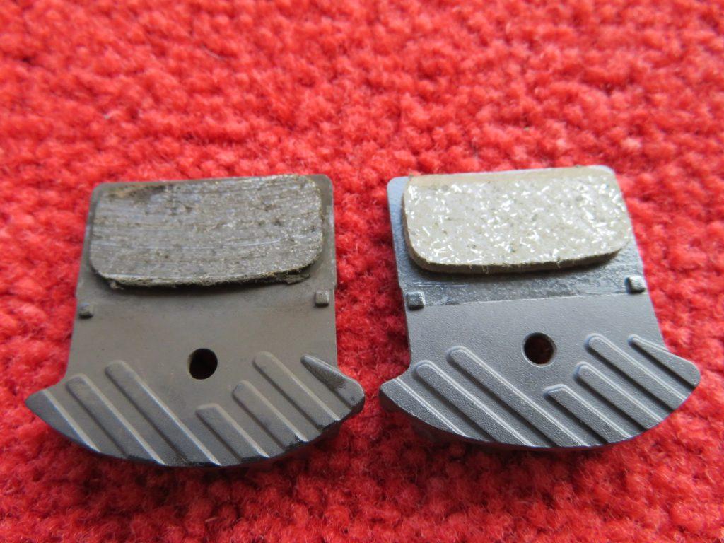 使用済みのブレーキパッドと新品のブレーキパッドの比較①