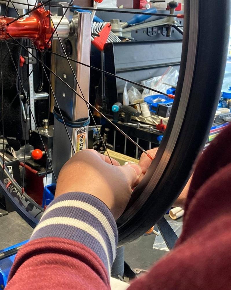 ロードバイクのオーバーホール ホイール振れ取り作業