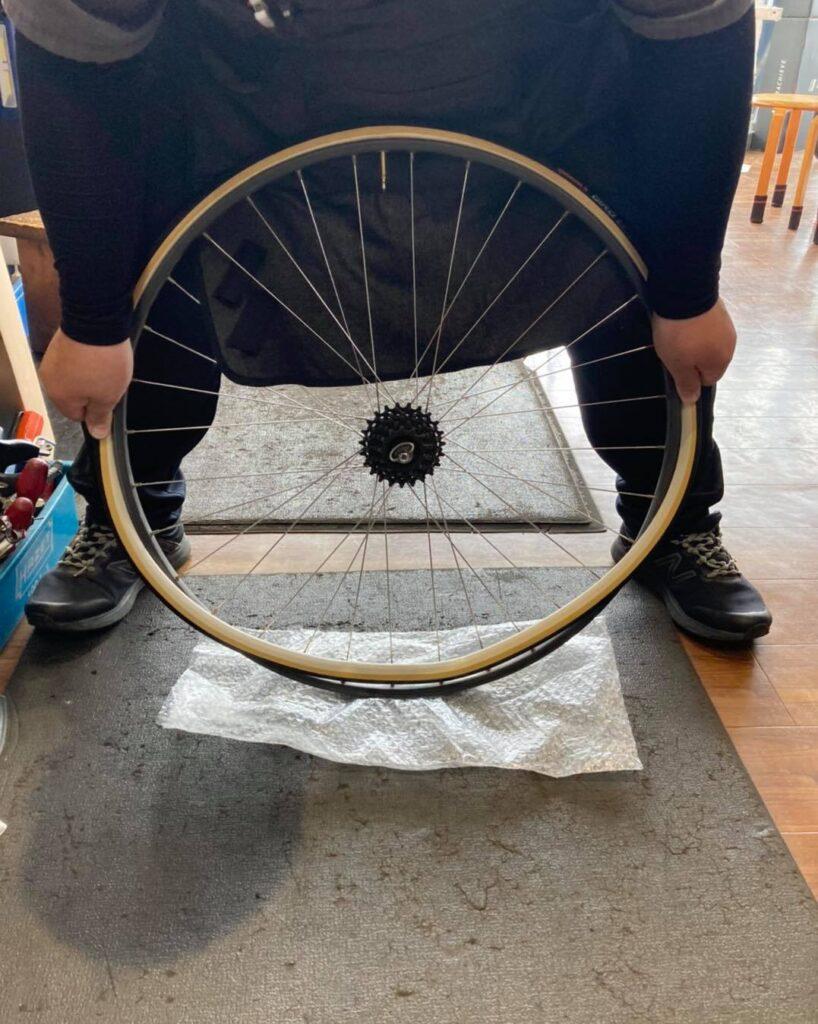 チューブラータイヤ交換:タイヤを嵌める①