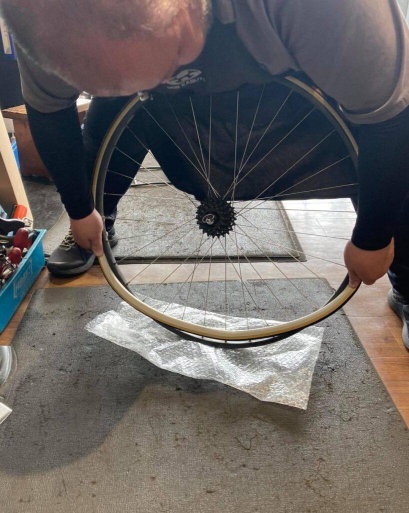 チューブラータイヤ交換:タイヤを嵌める②