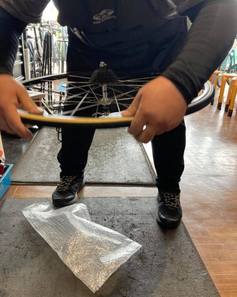 チューブラータイヤ交換:タイヤを嵌める④